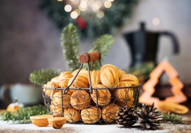 크리스마스 과자 쿠키 견과류, 연유가 있는 축제 테이블, 크리스마스 장식, 선별적인 초점, 클로즈업
