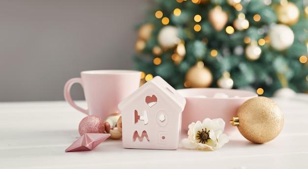 Рождественские сладости на фоне елки. розовое украшенное рождество. с новым годом! традиционный новогодний десерт. копировать пространство