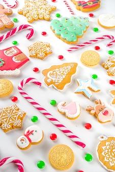 크리스마스 과자 세트. 모듬 축제 크리스마스 과자, 전통 사탕 및 쿠키. 사탕 지팡이 사탕, 진저 브레드, 과자, 간단한 패턴 평면도가있는 flatlay
