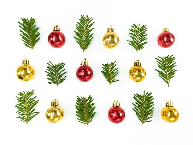 Рождественская композиция симметрии из игрушечных безделушек и еловых веток.