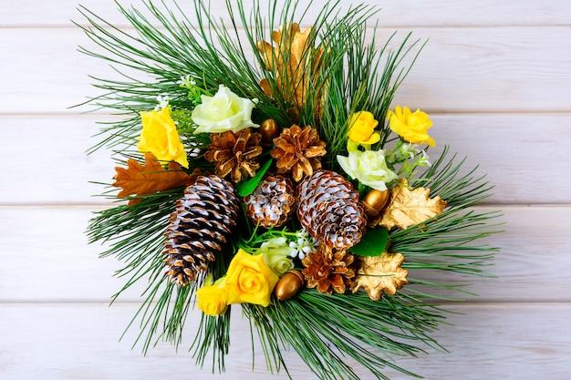Рождественский столик в центре или дверной венок с золотыми шишками
