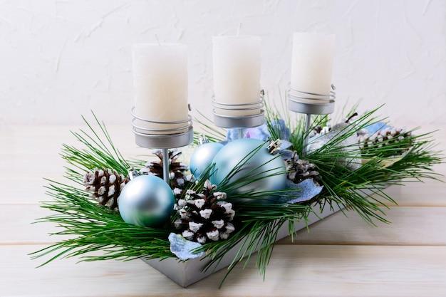 Рождественский столик со свечами и голубыми украшениями