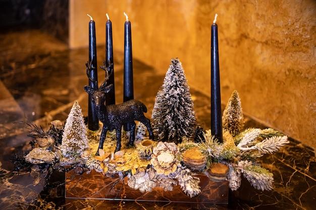 크리스마스 테이블 구성입니다. 아름다운 장식. 크리스마스 트리, 양초, 별, 조명 및 우아한 액세서리. 메리 크리스마스와 해피 홀리데이, 템플릿입니다.