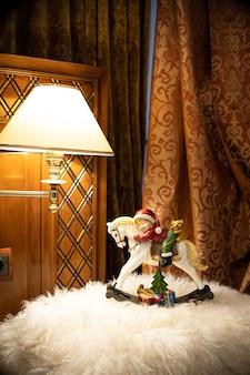 クリスマステーブルの構成。美しい装飾。クリスマスツリー、キャンドル、星、ライト、エレガントなアクセサリー。メリークリスマスとハッピーホリデー、テンプレート。