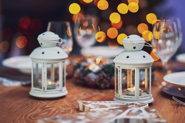キャンドルでクリスマステーブルの装飾。高品質の写真