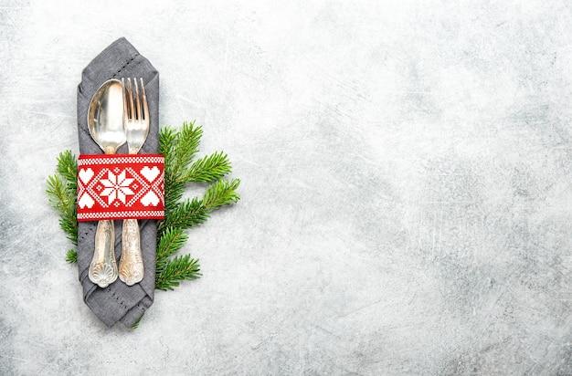 灰色の背景に松の木のブランチとクリスマステーブルデコレーション