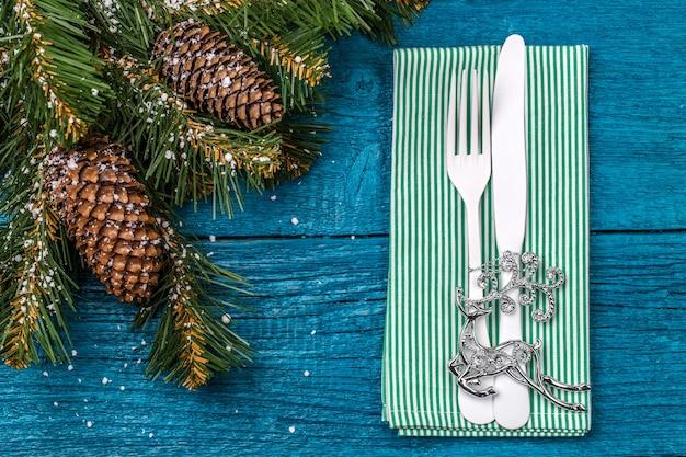 Сервировка рождественского стола - синий стол с зеленой салфеткой