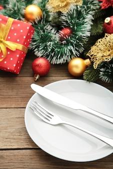 Сервировка рождественского стола с украшениями
