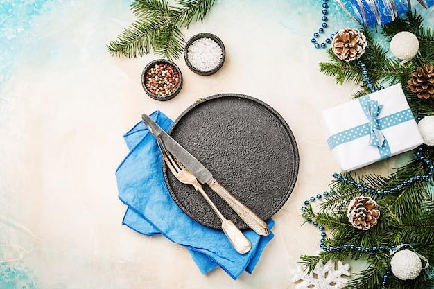お祝いの装飾とクリスマステーブルの場所の設定コピースペースと休日の背景上面図