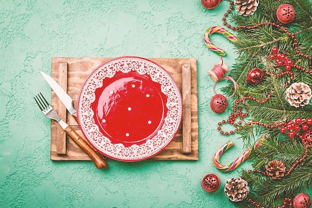 Сервировка рождественского стола с праздничными украшениями