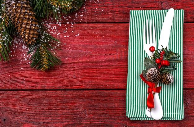 Сервировка рождественского стола с зеленой салфеткой