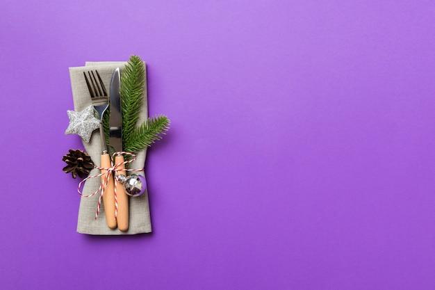 Сервировка места рождественского стола с ножом, салфеткой и вилкой. праздники новогодний фон с копией пространства