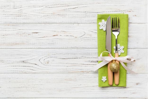 ナイフ、ナプキン、フォークでクリスマステーブルの場所を設定します。コピースペースと休日の新年の背景