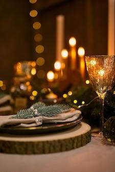 크리스마스 테이블 설정 및 휴일 밤 장식.