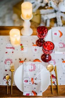 빨간색과 흰색 크리스마스 테이블 설정
