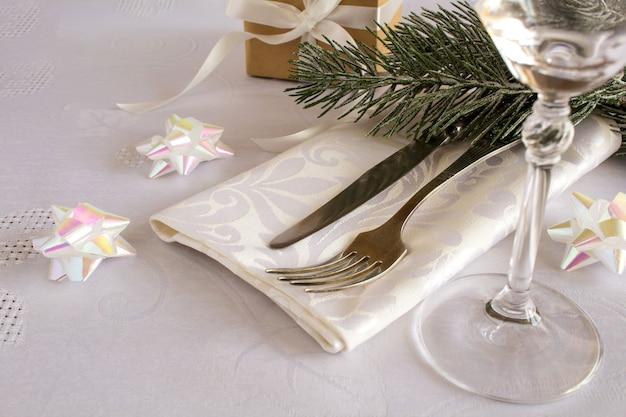 白で隔離されるクリスマステーブルの設定