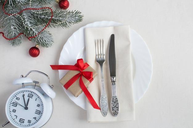 ベージュのテーブルクロスにクリスマステーブルの設定。上面図。閉じる。