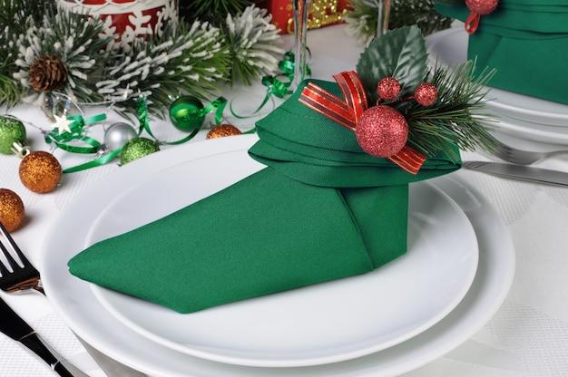 エルフのブーツの形でナプキンとクリスマステーブルの設定