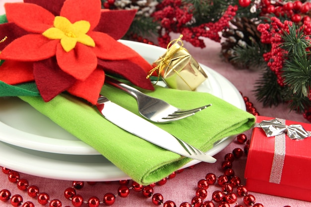 お祝いの装飾が施されたクリスマステーブルの設定をクローズアップ