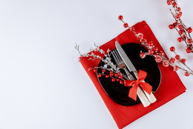 Сервировка рождественского стола с праздничными украшениями на белом