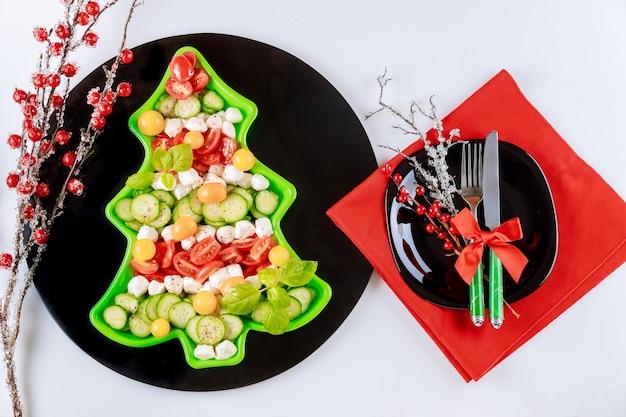 ヘルシーなサラダと装飾が施されたクリスマステーブルセッティング。上面図。
