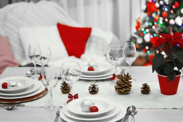 휴일 장식 표면이 있는 크리스마스 테이블 설정