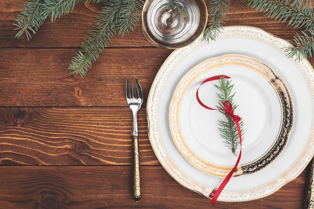 松の木の枝と装飾の上面図とクリスマステーブルの設定