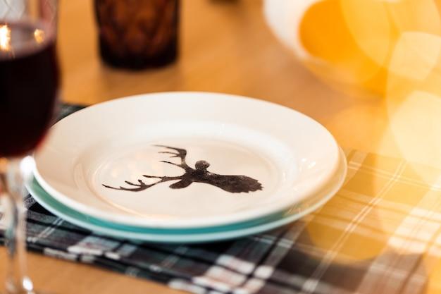 鹿のシルエットのプレートとクリスマステーブルの設定