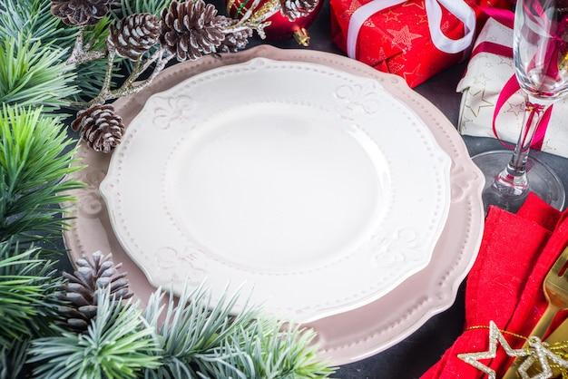 プレートとシャンパングラスのクリスマステーブルセッティング