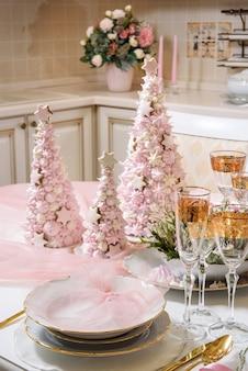 セレクティブフォーカスのクリスマステーブルセッティング。クリスマスディナー用の装飾テーブル。セレクティブフォーカスのクリスマステーブルセッティング。