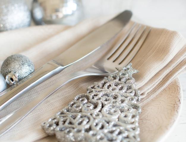 銀の装飾でクリスマステーブルの設定