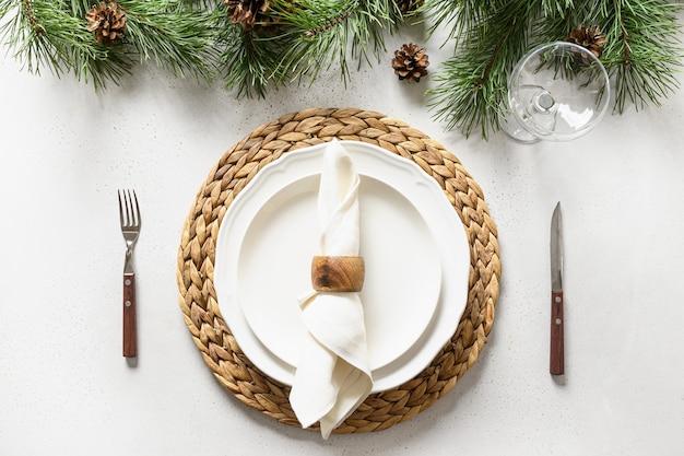 Сервировка стола рождества с украшениями белого праздника шикарными на белом столе. вид сверху.