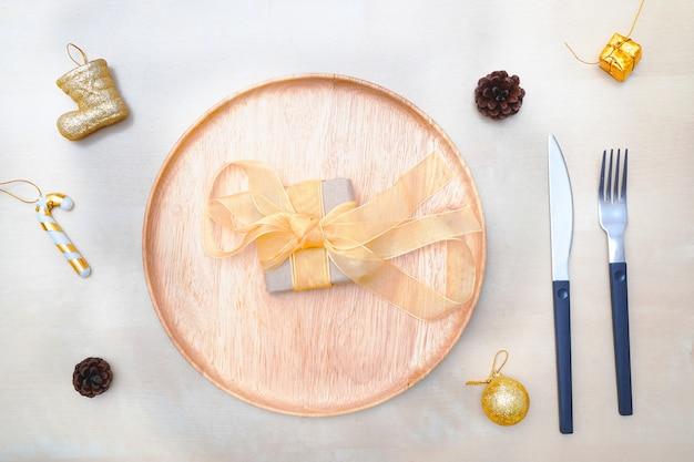クリスマステーブルの設定。木の板と銀器。上面図。