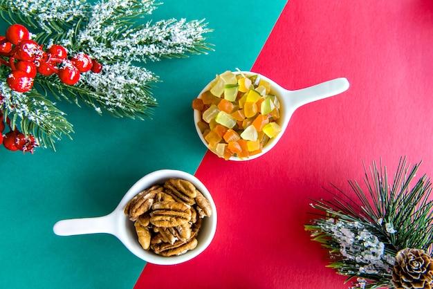 Рождественский стол с цукатами и грецкими орехами.