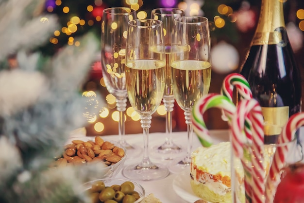 シャンパンと食べ物のクリスマステーブル。セレクティブフォーカス。ホリデー。