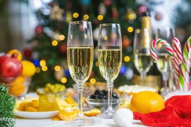 シャンパンと食べ物のクリスマステーブル