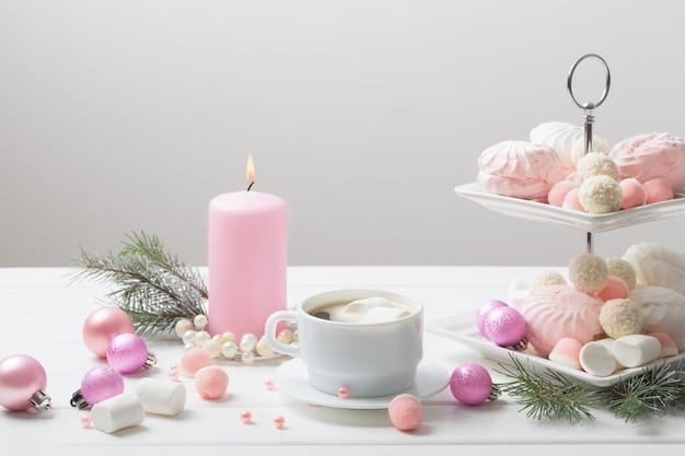 一杯のコーヒーとデザートのクリスマステーブル