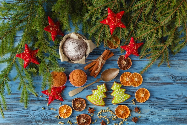Рождественский стол с пряниками, еловым венком, сухофруктами