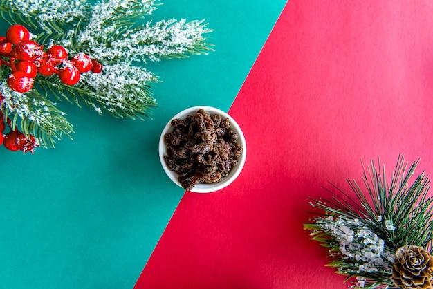 緑と赤の背景にレーズンとクリスマステーブル。