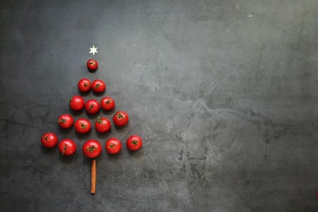 크리스마스 트리의 형태로 빨간 체리 토마토와 크리스마스 테이블