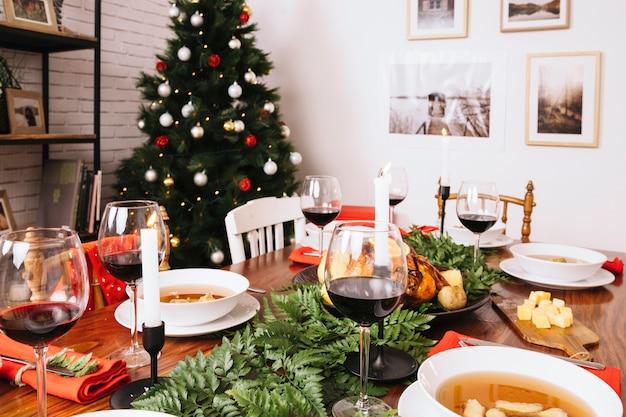 Рождественский стол с деревом в фоновом режиме