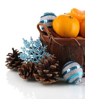 Рождественские мандарины в корзине, изолированные на белом фоне