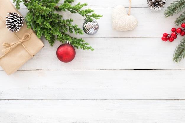 クリスマスのテーマの背景。クリスマスのギフトボックス、モミの枝、装飾木製の背景に素朴な要素。クリエイティブフラットレイ、トップビューデザイン