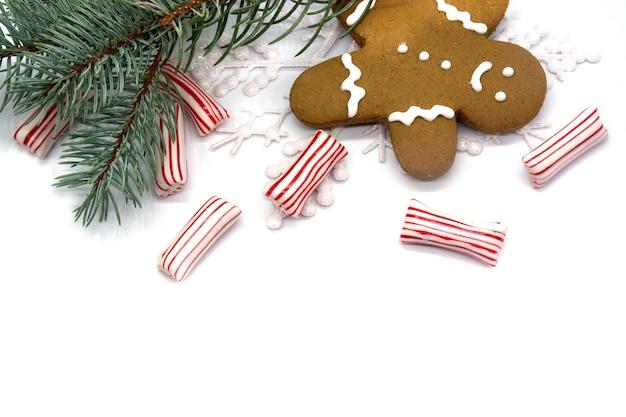 크리스마스 테마 배경입니다. 크리스마스 줄무늬 사탕, 진저브레드, 소나무 가지.