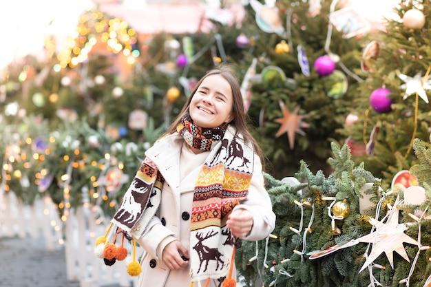 Рождественская тема. молодая красивая европейская девушка