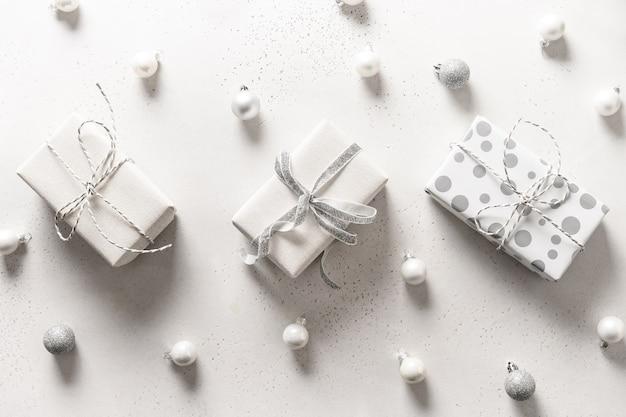 クリスマスの3つの白い贈り物と白のボール。上面図。フラットレイ