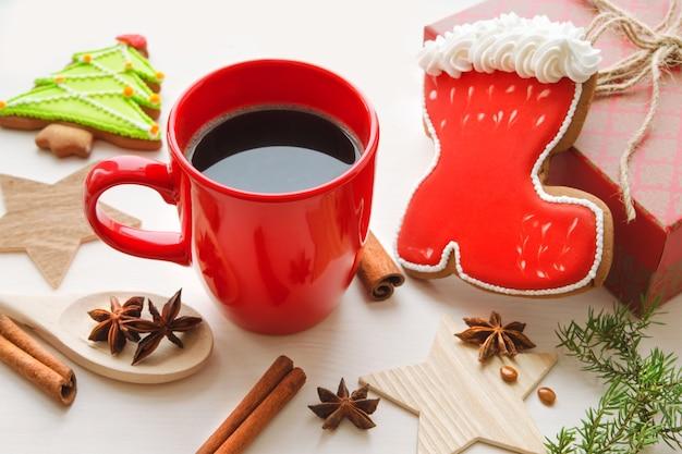 Рождественская композиция с красной чашкой кофе и имбирным печеньем