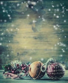 Рождественское время. рождественские украшения jingle bells из сосновых веток в снежной атмосфере.