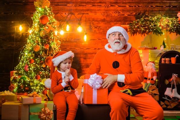 크리스마스 시간 새해 휴일 작은 도우미 겨울과 함께 산타는 크리스마스와 새해를 선물합니다