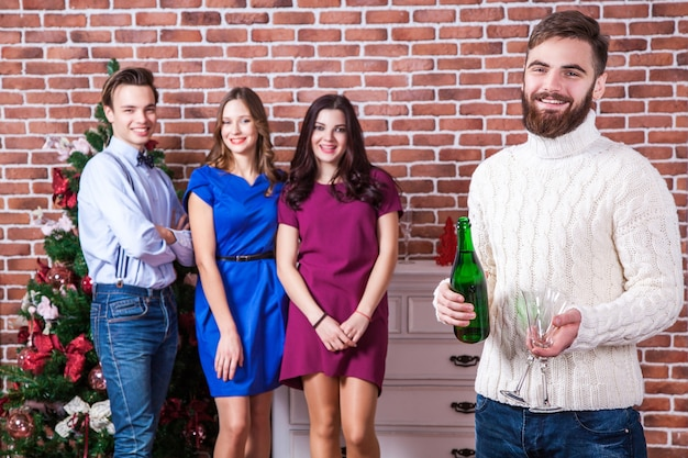 Рождество с друзьями концепция бородатый мужчина держит шампанское и два стакана